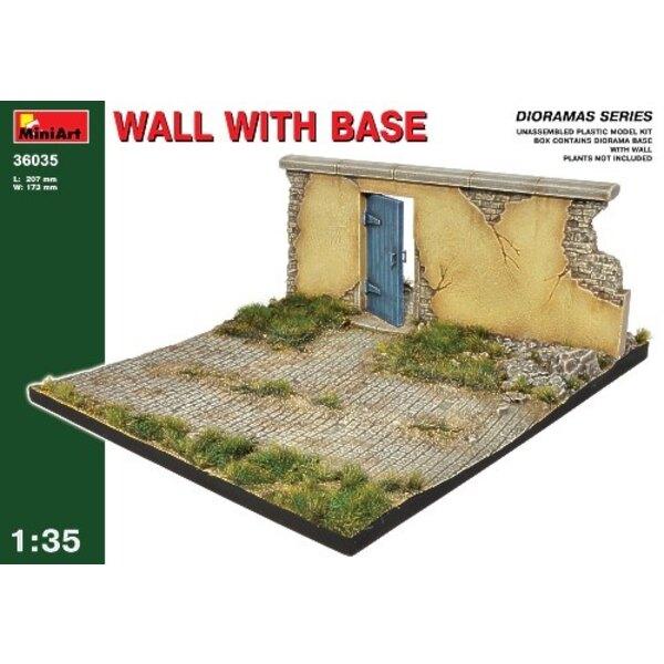 Mur européen endommagé avec porte sur une base de diorama
