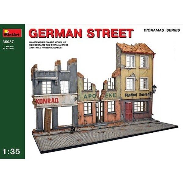 Rue allemande. 3 devantures de magasin endommagés et base de la rue