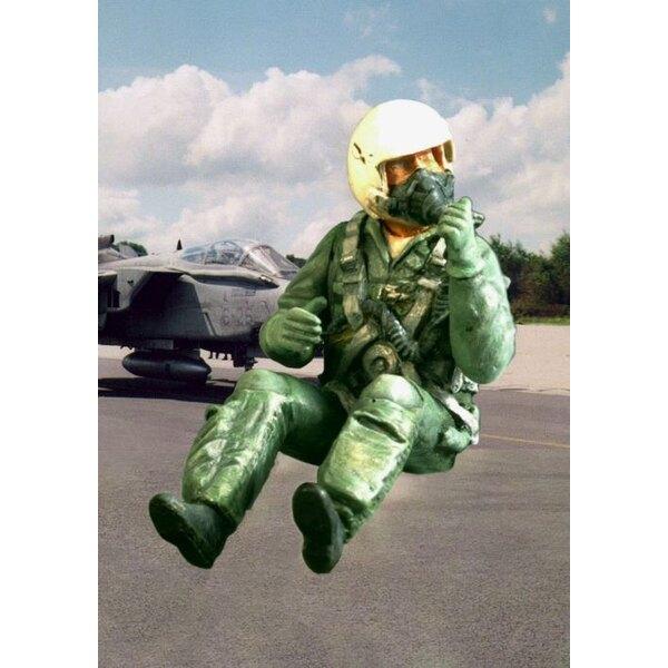 Pilote de l'OTAN moderne assis dans l'avion