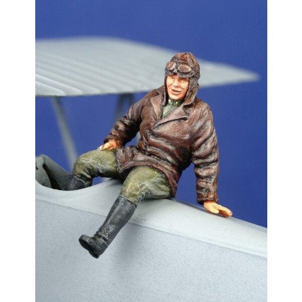 Pilote de la 1ère GM assis sur l'avion (sur l'aile ou le fuselage)