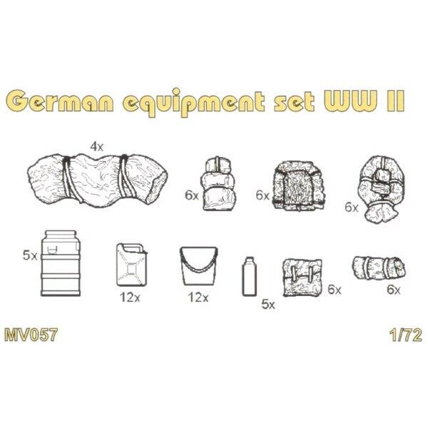 Equipements allemands de la 2ème GM. Le coffret contient des jerricans, de boîtes d'eau , des burettes à huile , de sacs etc de