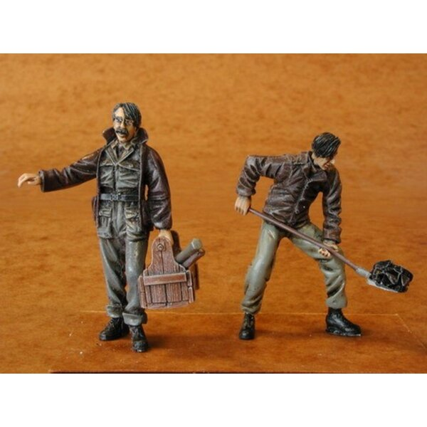 2 x German Loco crew figures WWII (designed to be assembled with model kits from Trumpeter) (BR 52 Kriegslocomotive Armoured Ste