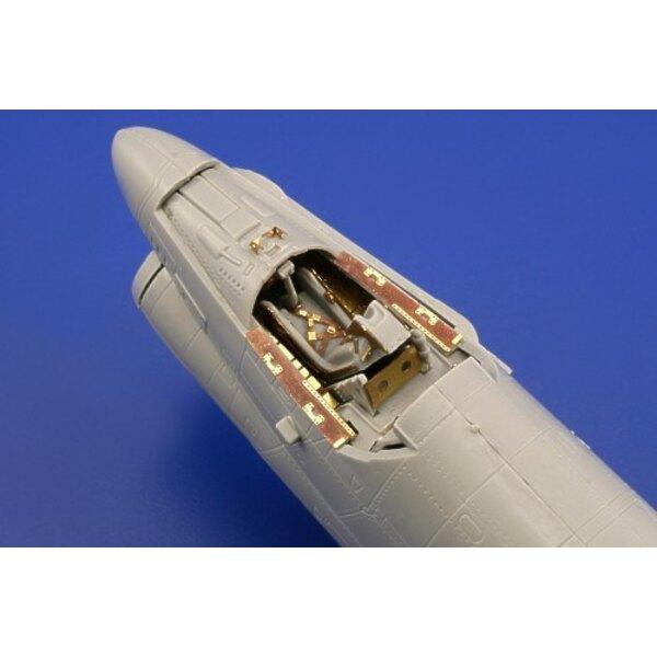 """Vought A-7A Corsair (auto-adhésif) - pièces pré-peintes en couleur (pour les maquettes Hobby Boss) Ce coffret """"Zoom"""" est une ver"""