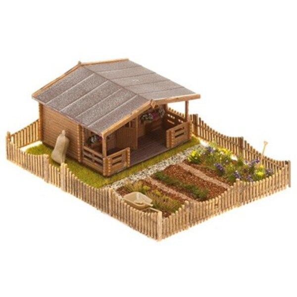 Jardin d'ouvrier avec grande maison de jardin