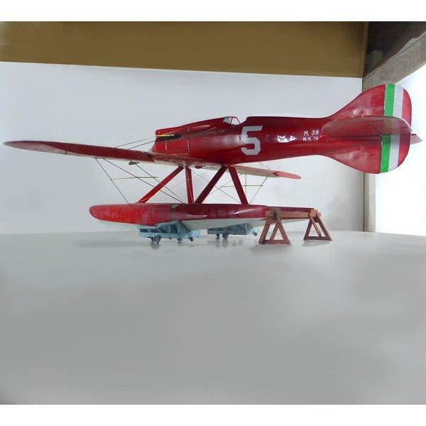 Macchi M.39 Vainqueur 1926 Schneider Trophy en 1/24 scaleThis petit hydravion est grand pour l'échelle 1/24: Les formes aérodyna