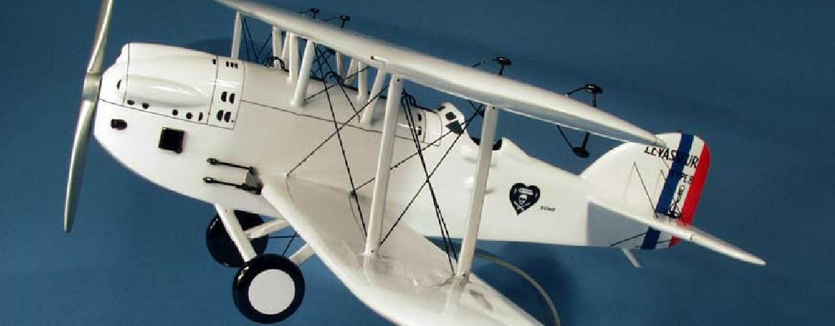 Maquettes d'avions en bois